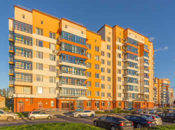 Фасады выполнены в теплой цветовой гамме